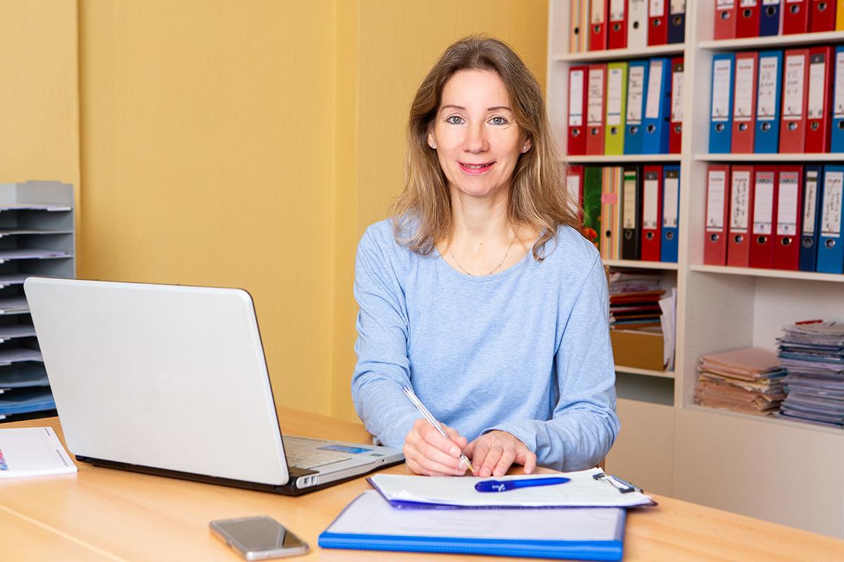 Birgit Muhtz im Büro